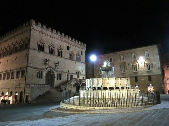 Italy road trip: 2 for the price of 1: Palazzo del Priori and Fontana Maggiore