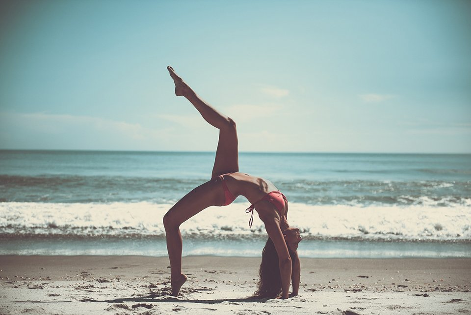 travel bloggers: yoga on beach
