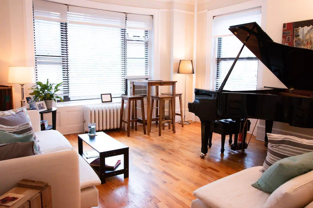 Big living room with piano - Airbnb in NYC