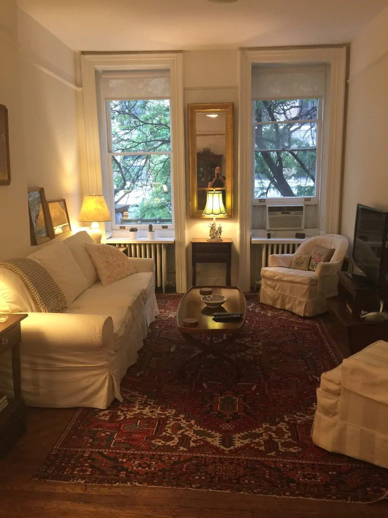Traditional living room - Aribnb in NYC